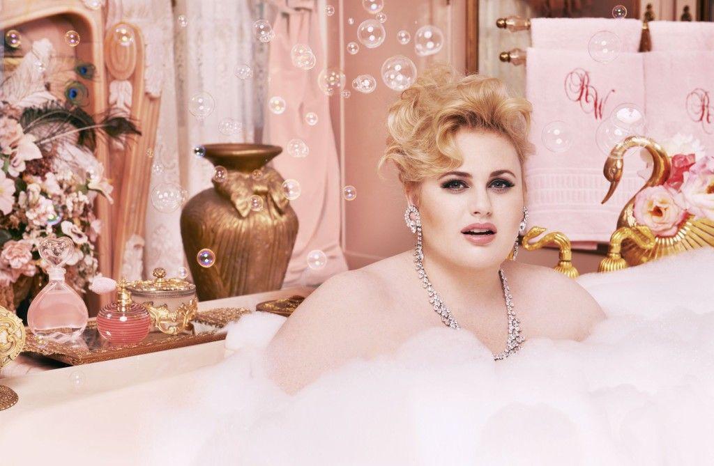 Rebel wilson en femme fatale pour la une du magazine for Bathroom photoshoots
