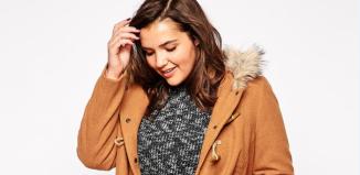 Une jeune femme orte un manteau couleur camel
