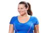 une femme souriante en tenue de sport