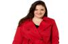 une jeune femme porte un trench rouge