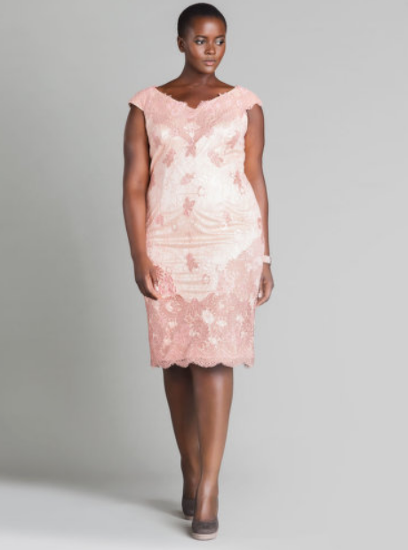 une femme ronde en robe rose