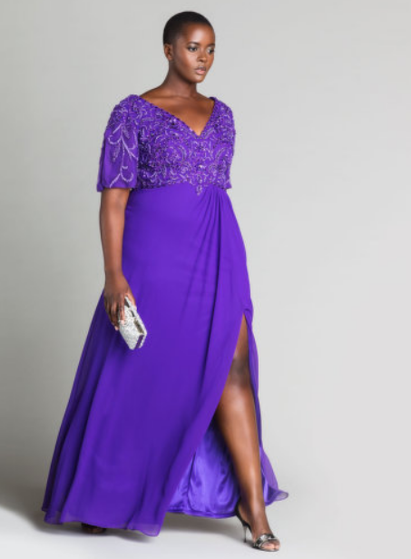 une femme porte une robe violette