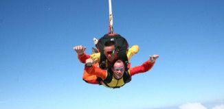 deux personnes font un saut en parachute