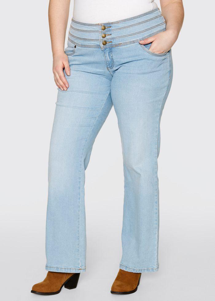 un jean grande taille effet ventre plat et coupe bootcut