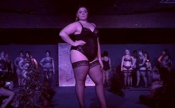 Défilé de mode femme ronde nue