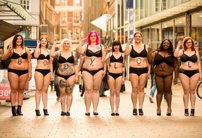 femmes rondes en sous-vêtements dans la rue