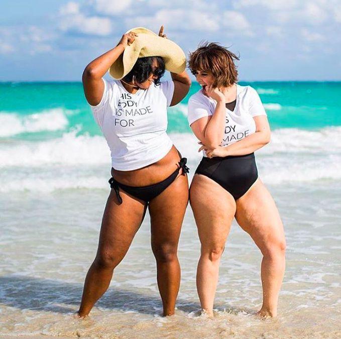femmes rondes à la plage