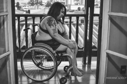 femme ronde en fauteuil roulant