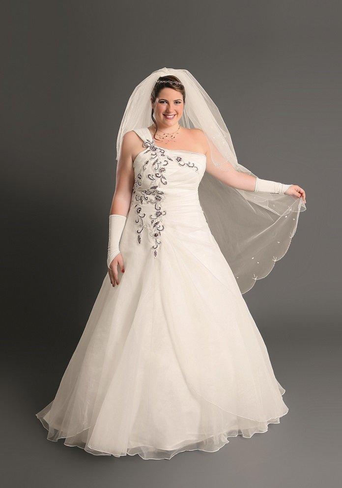 36bee5cff04 Les fringues asymétriques sont ultra-tendance depuis quelques années et les robes  de mariée ne dérogent pas à la règle. On fond pour ce modèle présenté par  ...