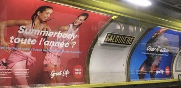 Un homme recherche des publicités de femmes)